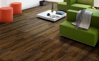 Комната с ламинатом на полу и зеленой мебелью
