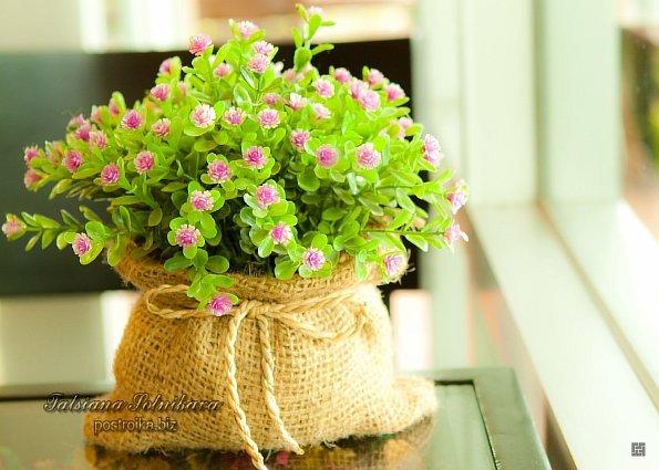 Искусственные цветы в горшках в интерьере 54
