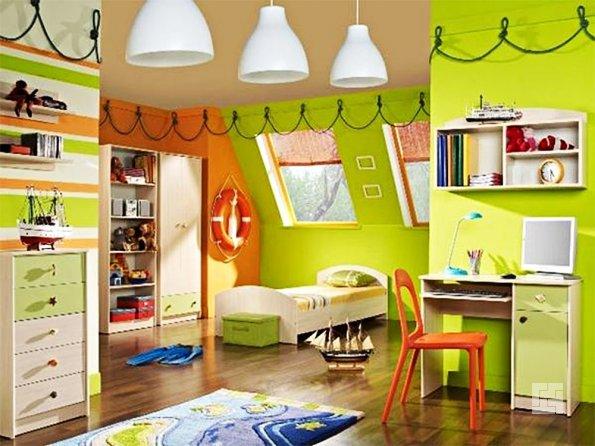Интерьер детской комнаты в мансарде в салатовых тонах