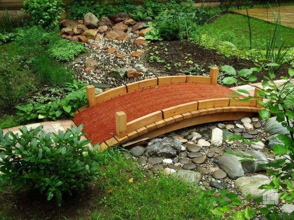 дачный мостик через сухой ручей в камнях