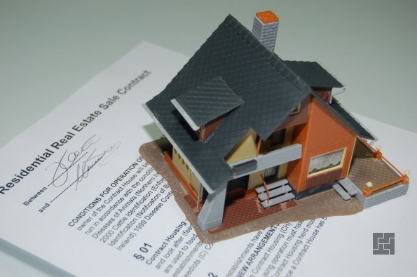 макет домика на документах о недвижимости