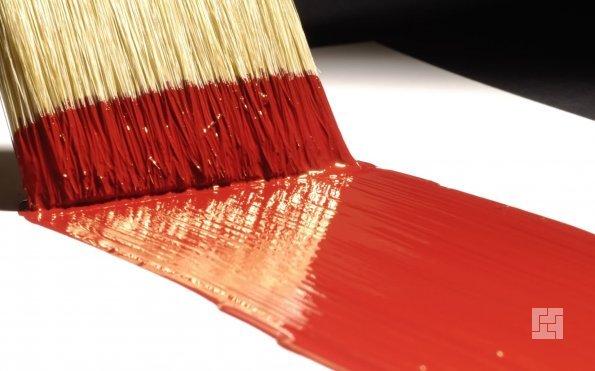 кисть с красной краской по поверхности