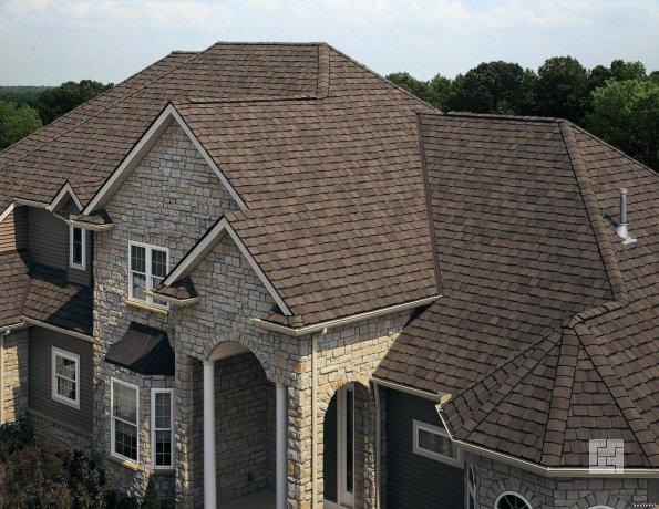 Крыша дома отделана битумной черепицей