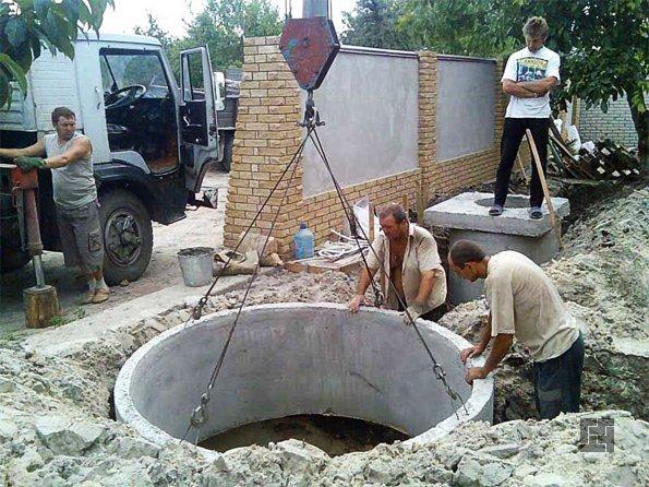 Установка кольца бетонного канализационного колодца