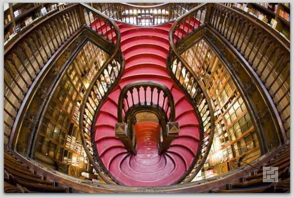 Знаменитая лестница в магазине Livraria Lello, г.Порто