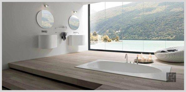 роскошная ванная в полу перед окном