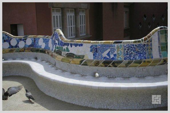 Фрагмент знаменитой извилистой скамейки Гауди в Парке Гуэля