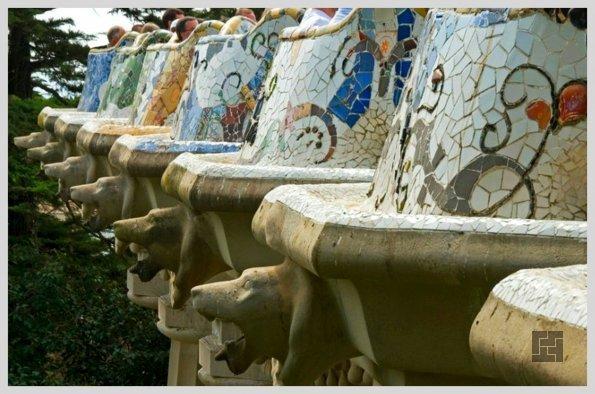 Внешнее оформление скамьи в Парке Гуэля