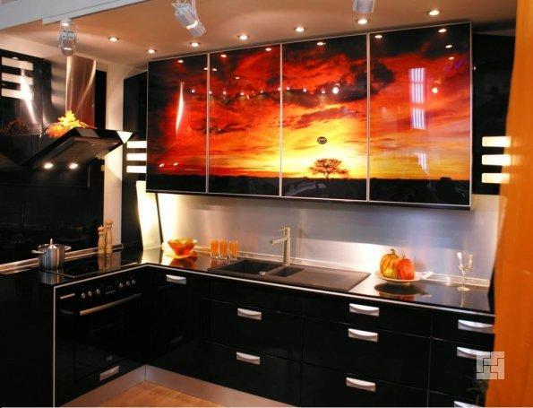 Современная кухня в темных тонах с ярким принтом