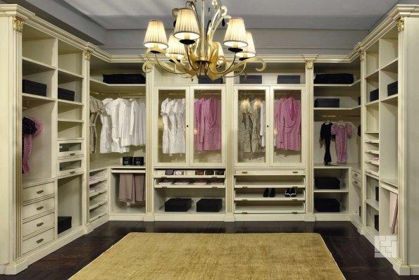 гардеробная комната закрытого типа в светлых тонах