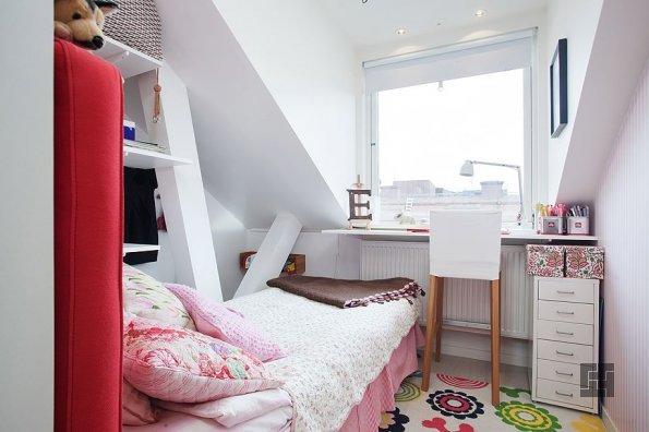 Светлые тона придают маленькой спальне ощущение простора
