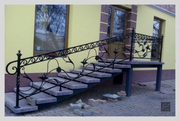 Металлическая лестница из швеллеров с перилами из керамогранита