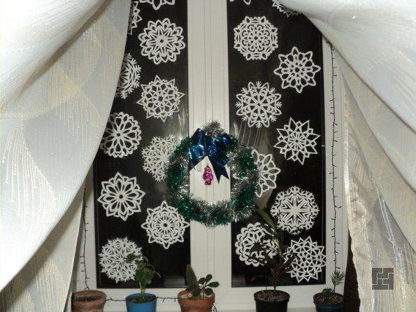 Украшение окна новогодними снежинками