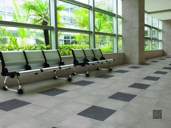 параллельная укладка плитки в общественном холле