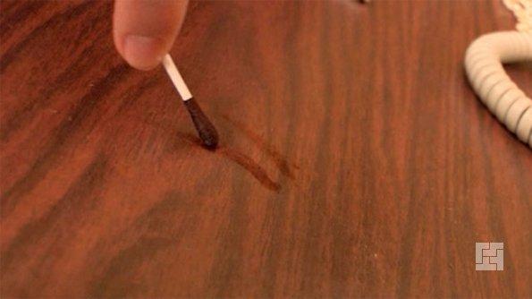 Йод хорошо замаскирует царапины на мебели
