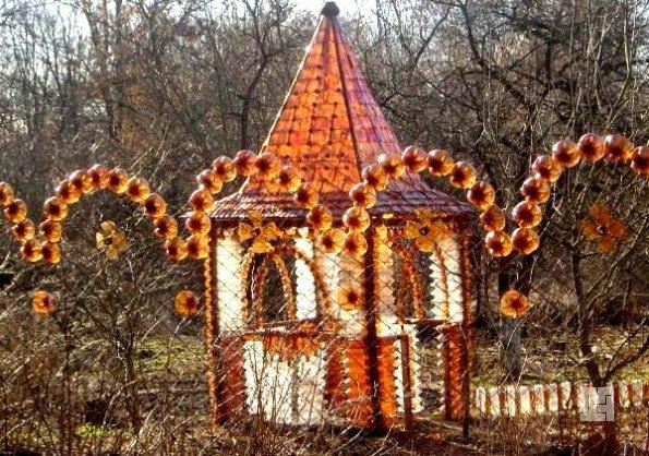 Сооружение в стиле кантри из пластиковых бутылок
