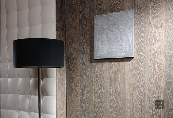 Вертикально установленный ламинат на стене