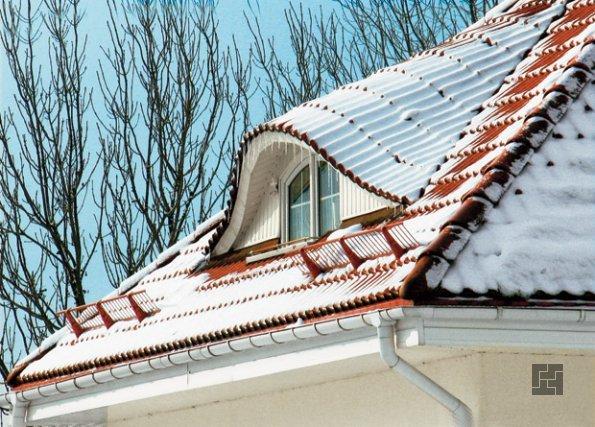 Крыша из черепицы под снегом