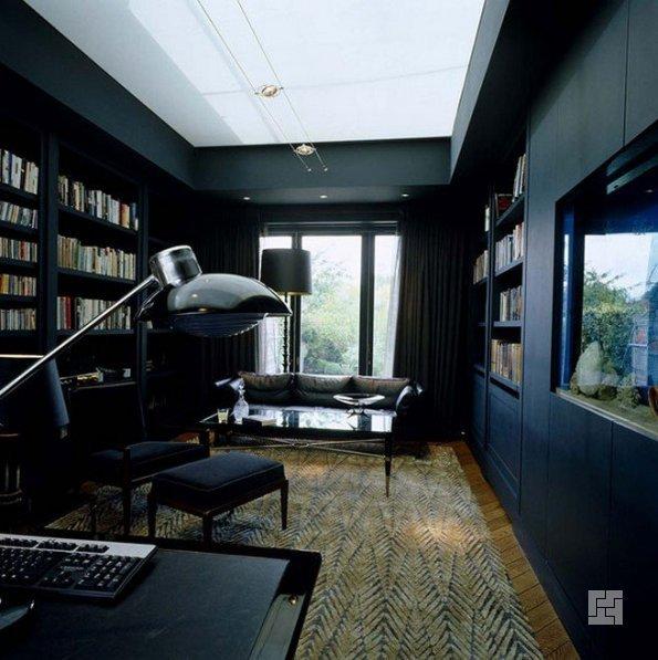 Чёрные стены в кабинете
