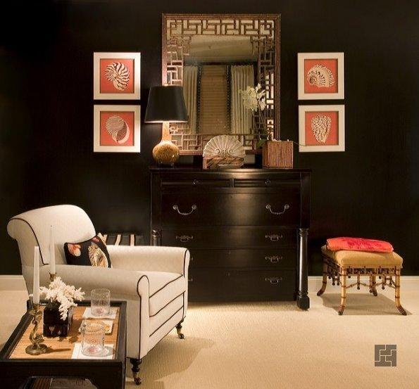 Чёрные стены с ярким диваном или пуфом