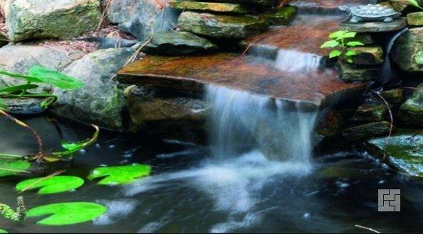 водопад в декоративном водоеме