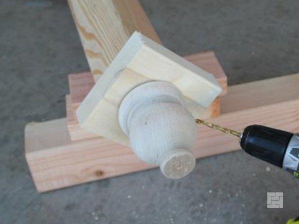 Соединение квадратного деревянного элемента с верхней частью ствола