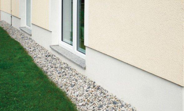 Мягкая отмостка вокруг дома и искусственный газон
