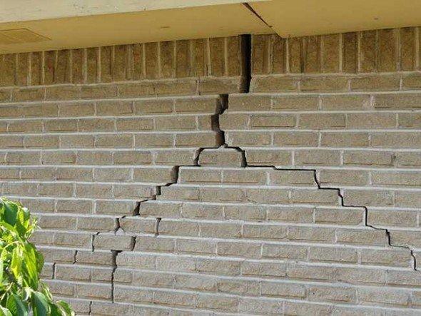 Треснувшая стена кирпичного дома