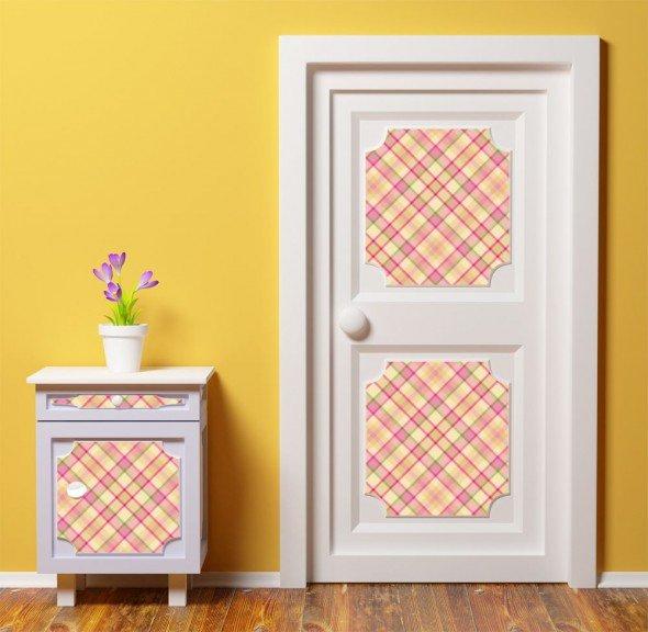 Дверь и тумбочка, украшенные самоклеющейся плёнкой