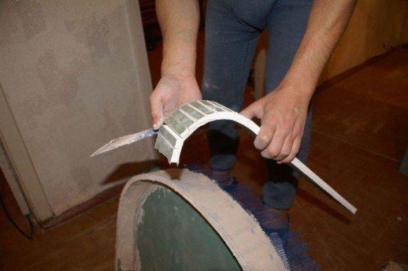 Надрезанный ножом гипсокартон