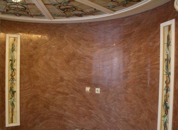 Стена, отделанная венецианской штукатуркой
