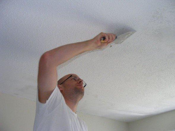 Удаление с потолка осыпающейся штукатурки