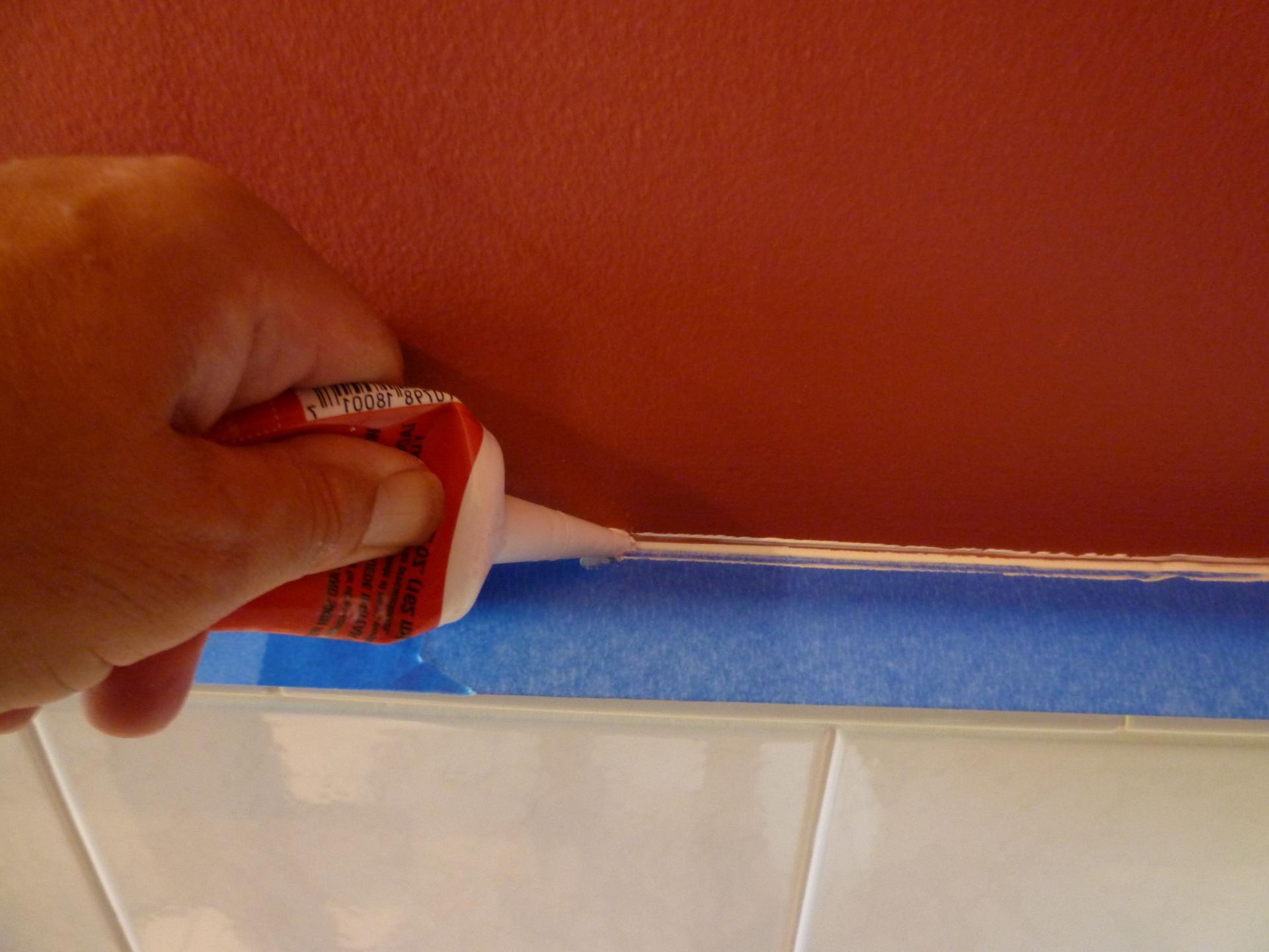 Заклеивание стыка между ванной и стеной
