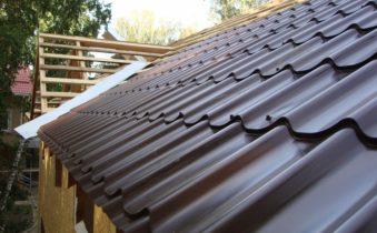 Как укладывать металлочерепицу на крышу, чтобы избежать неприятностей, связанных с протечкой кровли