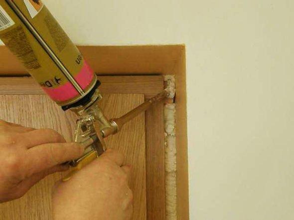 Процесс монтажа дверного блока
