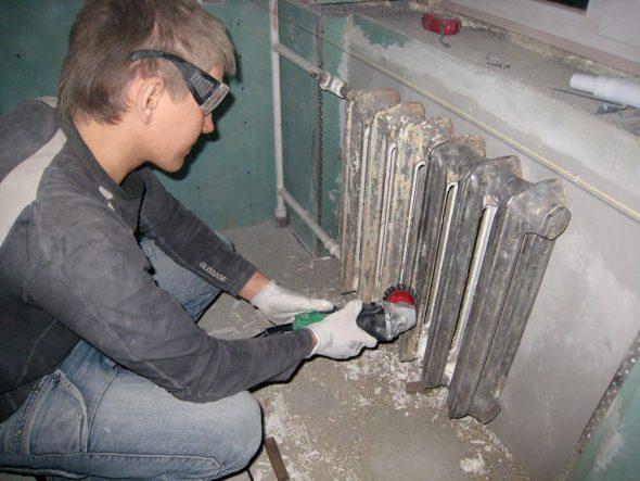 Снятие старого лоя краски с батареи отопления