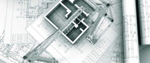 Чертежи на бумаге и изображение строительного крана и строящегося здания