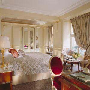 Спальня персикового цвета с яркими акцентами