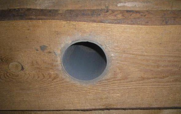 Патрубок в деревянной стене