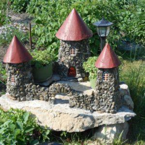 Декоративный домик на даче из камней