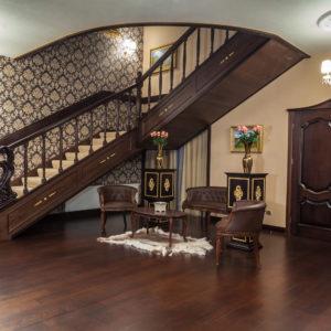 Деревянная лестница в холле