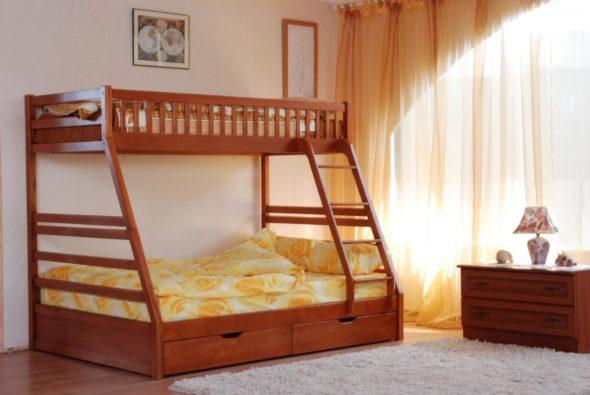 Двухъярусная деревянная кровать