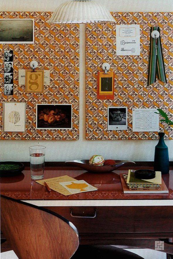 Стена с наклеенными стикерами и фото