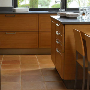 Коричневая напольная плитка на кухне