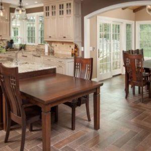 Кухня с напольной плиткой ёлочкой