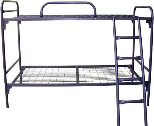 Металлическая кровать с наклонной лестницей
