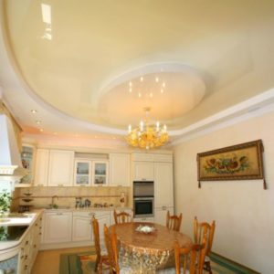 Многоуровневый глянцевый потолок на кухне