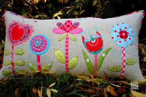 Декоративная наволочка с цветами на подушке