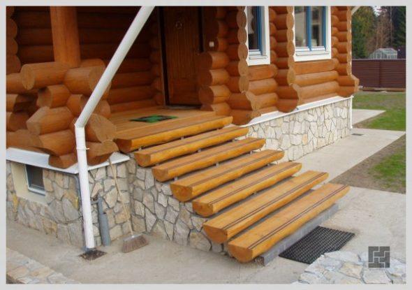 Простое бетонное крыльцо, отделанное природным камнем