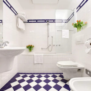Шахматная плитка синего и белого цветов